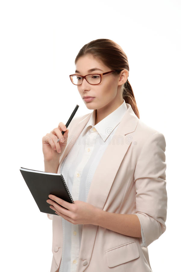 Молодая стильная женщина стоя держащ блокнот и ручку стоковая фотография rf