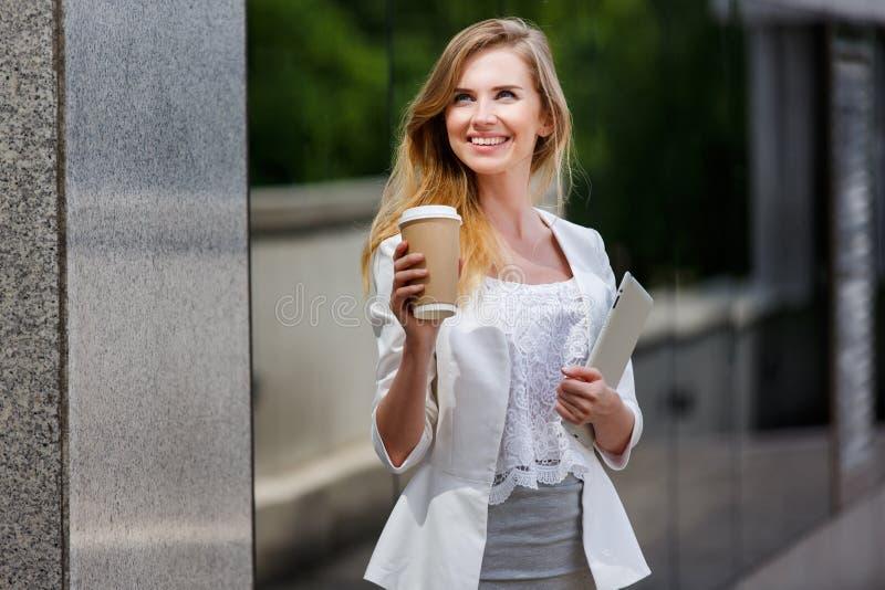 Молодая стильная женщина с кофе стоковые фотографии rf