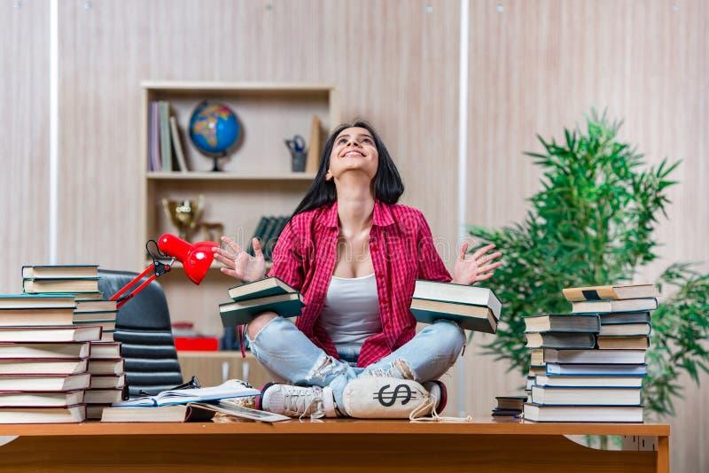 Молодая студентка подготавливая для экзаменов школы коллежа стоковая фотография rf