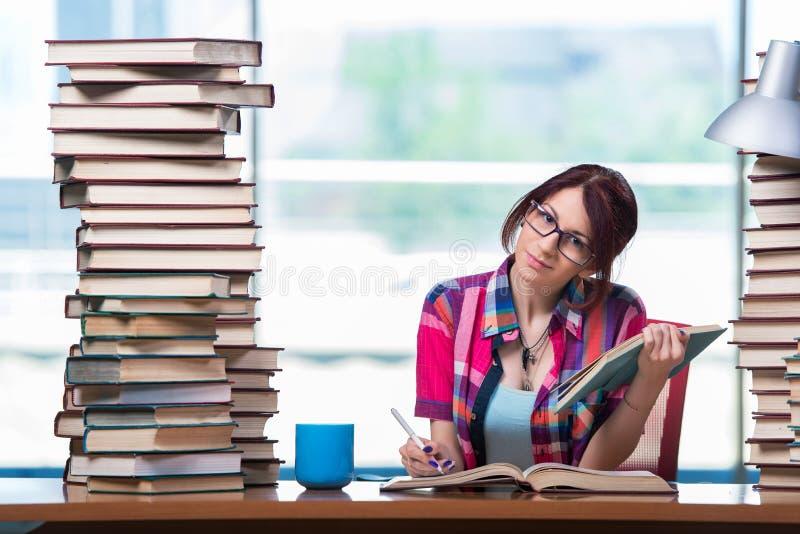 Молодая студентка подготавливая для экзаменов стоковые изображения rf