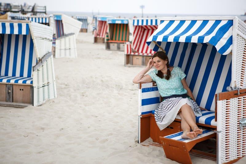 Молодая счастливая женщина на пляже St Peter Ording, Северное море, стоковая фотография rf
