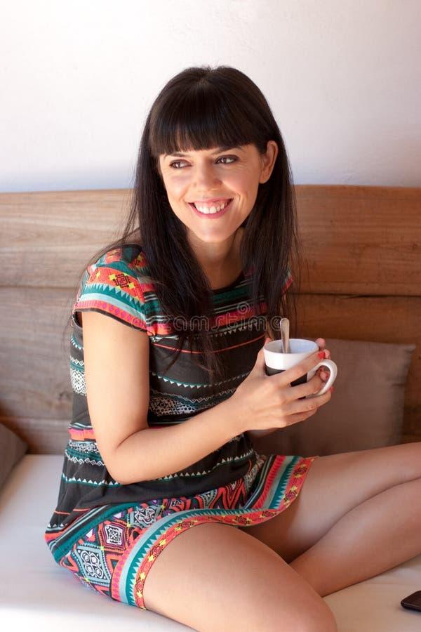 Молодая счастливая женщина принимая перерыв на чашку кофе стоковые изображения rf