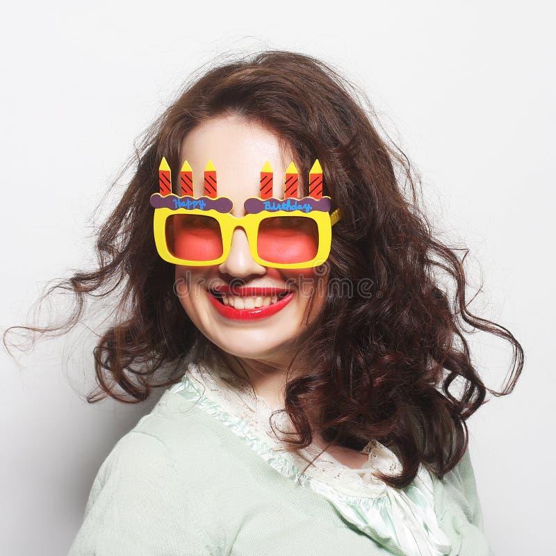 Молодая счастливая женщина с большими оранжевыми солнечными очками стоковое изображение rf