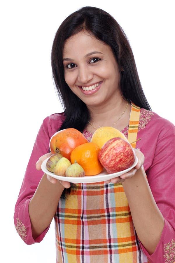 Молодая счастливая женщина с плитой плодоовощей стоковые фотографии rf