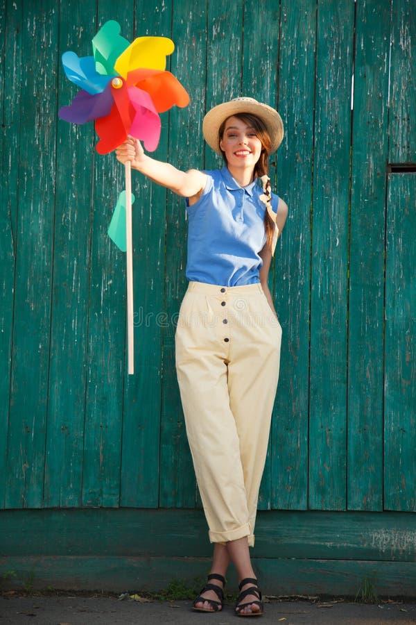 Молодая счастливая смешная женщина стоковое изображение
