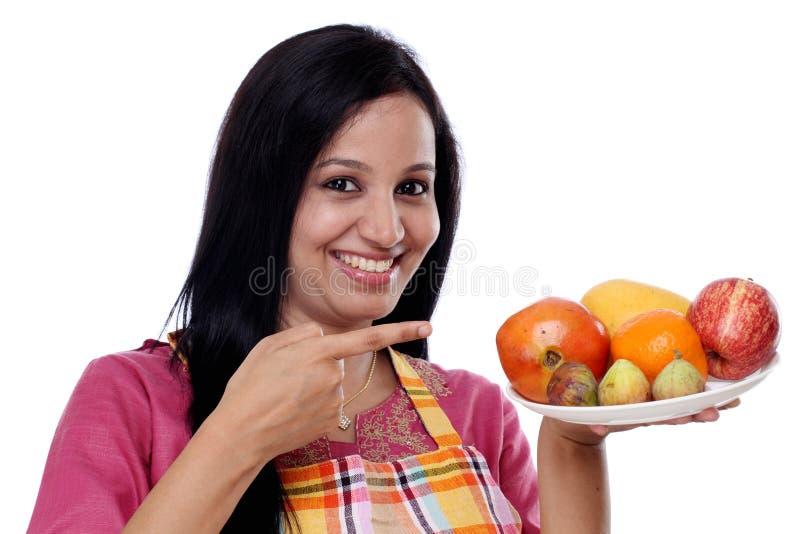 Молодая счастливая усмехаясь женщина стоковая фотография