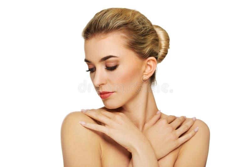 Молодая топлесс женщина с руками на плечах стоковые изображения rf