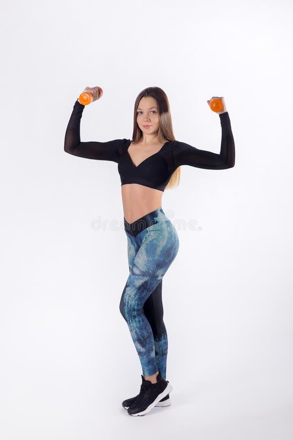 Молодая тренировка женщины прочности с гантелями стоковое фото