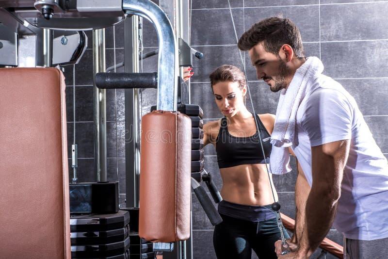 Молодая тренировка пар в спортзале стоковые изображения