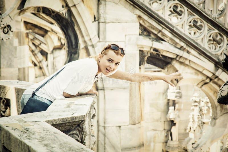 Молодая туристская женщина на соборе милана, Италия стоковая фотография rf