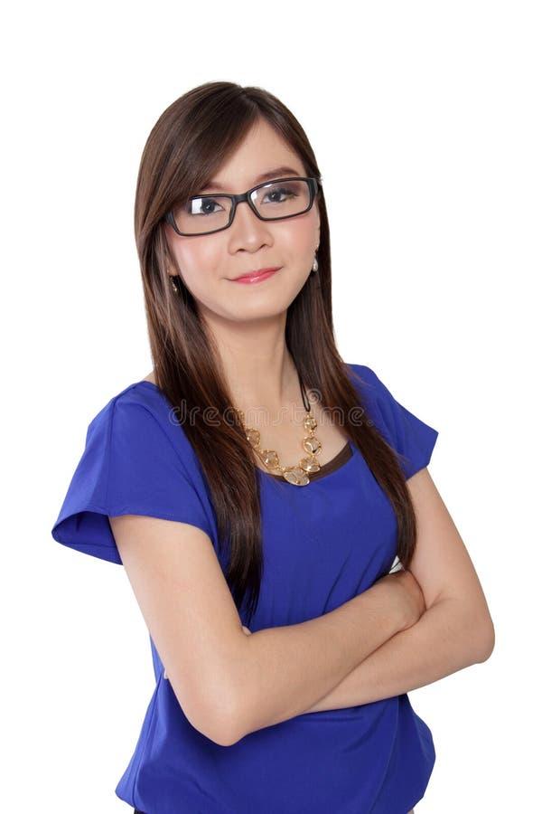 Молодая уверенно женщина в стеклах, изолированных на белизне стоковые фотографии rf