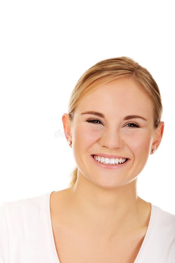 Молодая усмехаясь женщина в белой футболке стоковая фотография