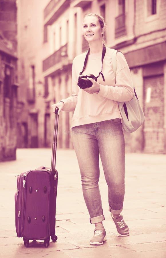 Молодая усмехаясь женщина идет стоковые изображения rf