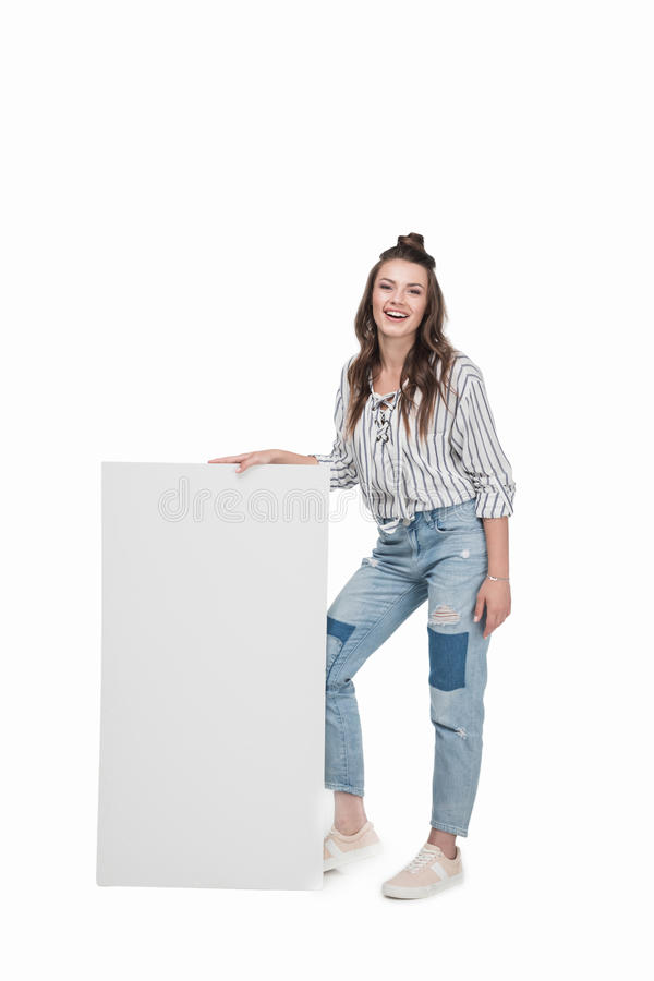 Молодая усмехаясь женщина стоя и держа пустое знамя, стоковая фотография rf