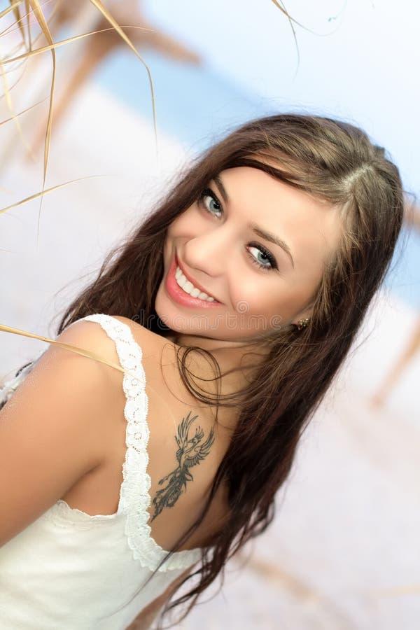 Молодая усмехаясь женщина стоковые изображения rf