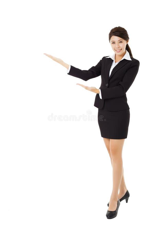 Молодая усмехаясь коммерсантка с показывать жест стоковая фотография rf