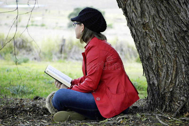 Молодая христианская женщина размышляя слово богов в хвалении и поклонении стоковое фото rf