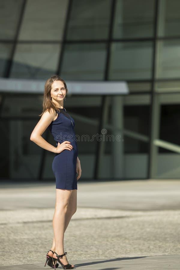 Молодая худенькая женщина, деловый центр на заднем плане стоковое фото rf