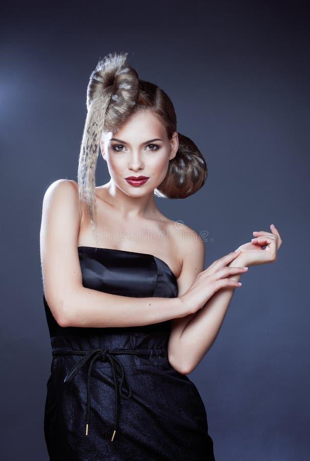Молодая элегантная женщина с творческой прической стоковые фотографии rf