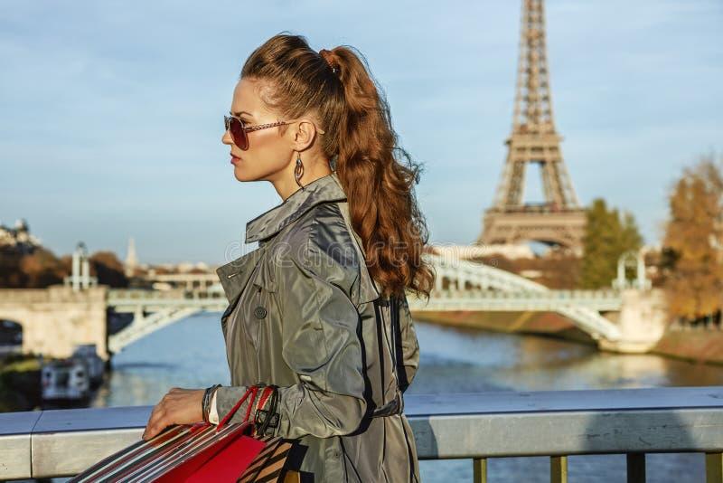 Молодая элегантная женщина с хозяйственными сумками в идти Париже, Франции стоковые изображения