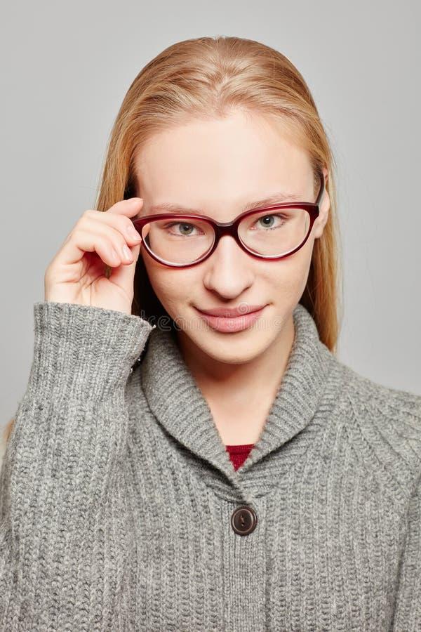 Молодая atractive женщина с стеклами стоковое изображение rf