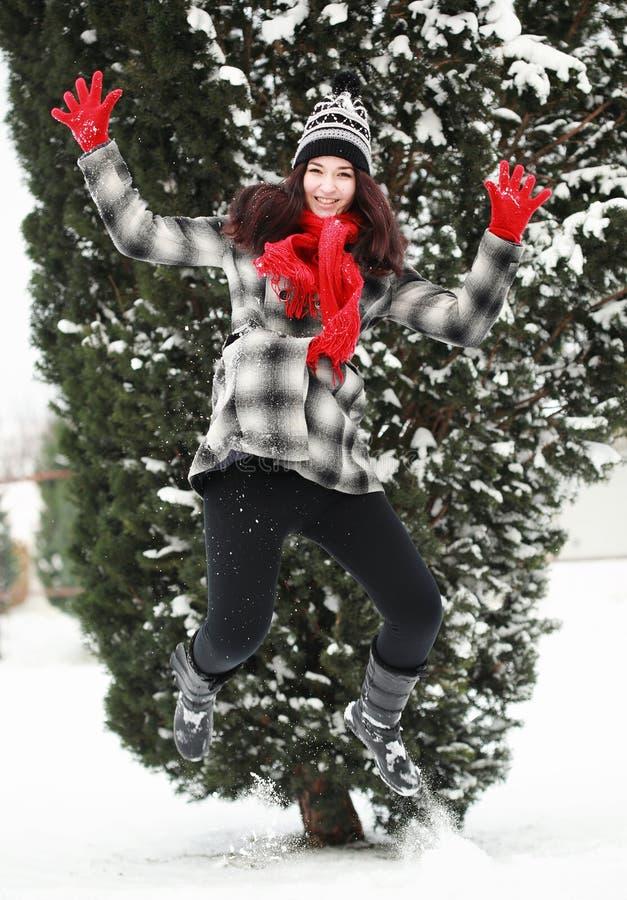 Молодая beauitiful женщина внешняя в скакать зимы стоковое изображение rf