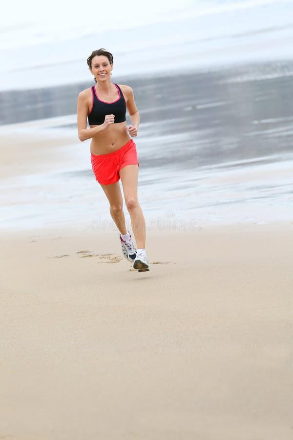 Молодая sportive женщина jogging стоковые изображения