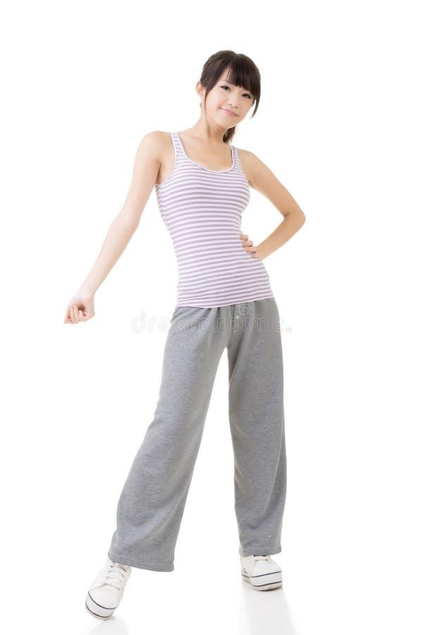 Download Молодая Sporty женщина азиата фитнеса Стоковое Фото - изображение насчитывающей тренировка, бобра: 37925556