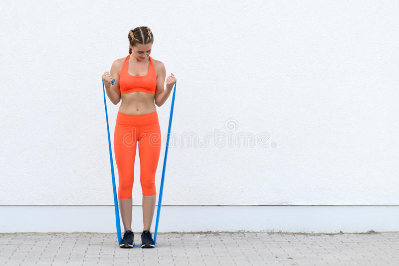 Молодая sporty женщина разрабатывая с диапазонами латекса стоковая фотография rf