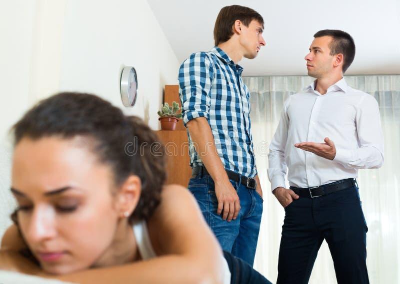 2 молодого человека и несчастной девушка стоковое изображение