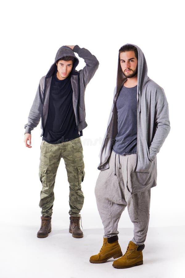 2 молодого человека нося одежды войск и спорта стоковое изображение