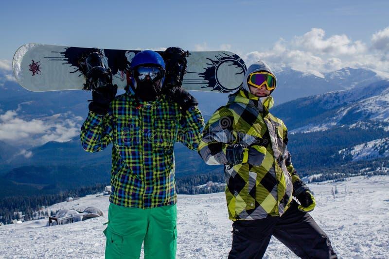 2 молодого человека na górze горы T стоковая фотография