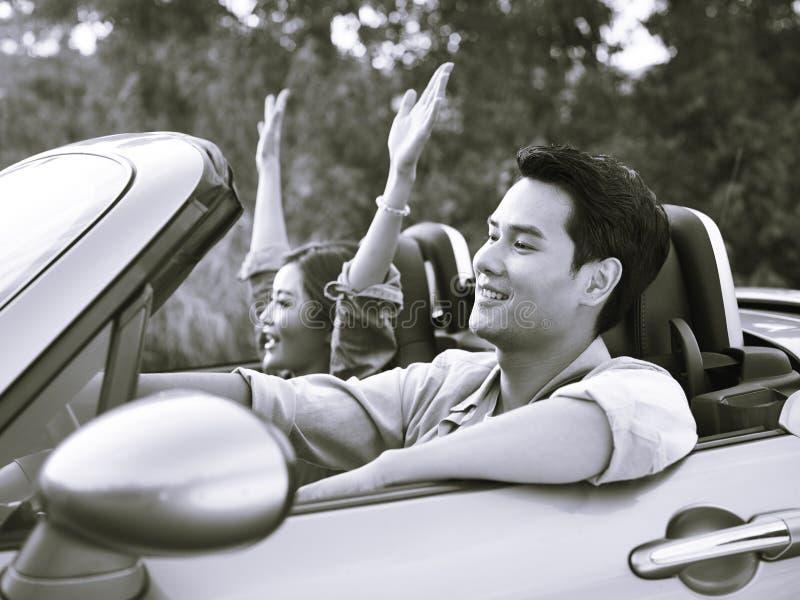 Молодое азиатское катание пар в обратимом автомобиле стоковое фото rf