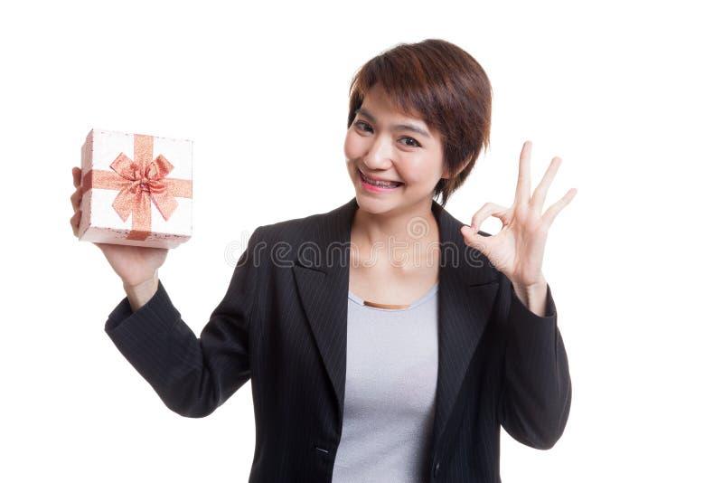 Download Молодое азиатское О'КЕЙ выставки бизнес-леди с подарочной коробкой Стоковое Фото - изображение насчитывающей рождество, отпразднуйте: 81811962