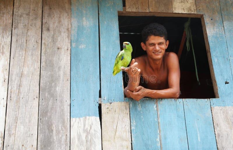 Молодое бразильское и его попугай стоковая фотография rf