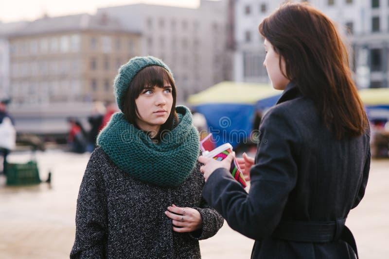 2 молодое и красивые девушки одетые очень стильные, говорят середину города стоковые фото