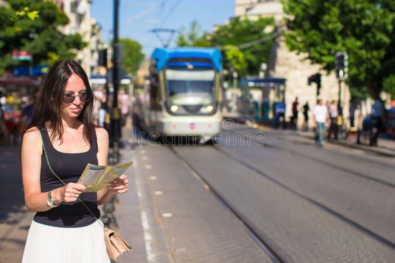 Молодое красивое кавказское чтение женщины путешествовать стоковое изображение