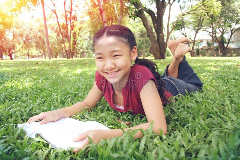Молодое милое чтение девушки стоковые изображения rf