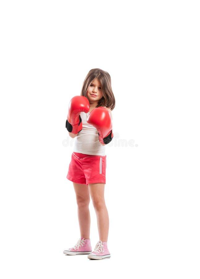 Молодое положение девушки боксера как боец стоковая фотография