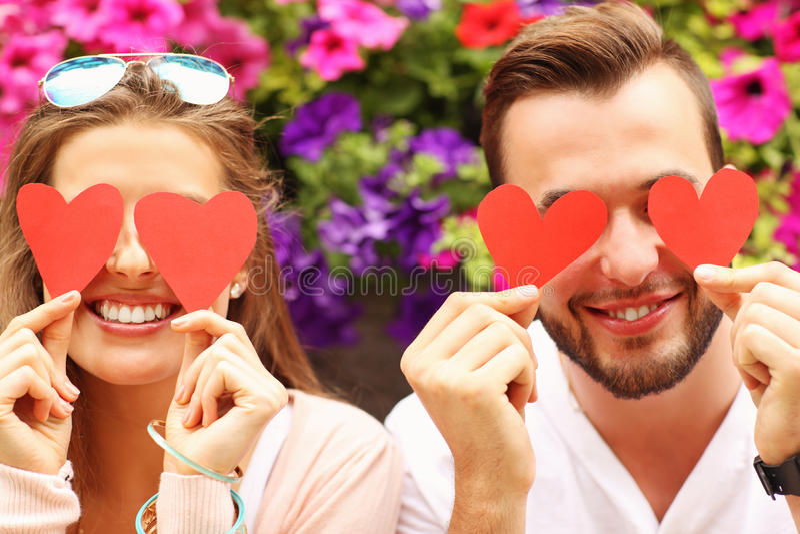 Молодое романтичное заволакивание пар наблюдает с сердцами стоковое изображение rf