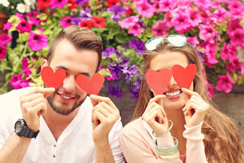 Молодое романтичное заволакивание пар наблюдает с сердцами стоковые изображения