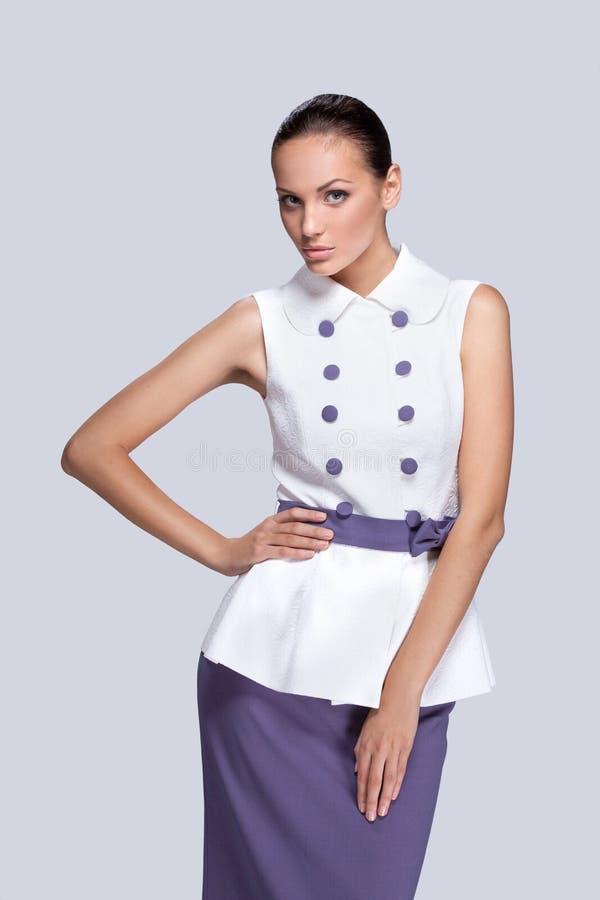 Молодое сексуальное брюнет в фиолетовом и белом платье стоковое фото rf