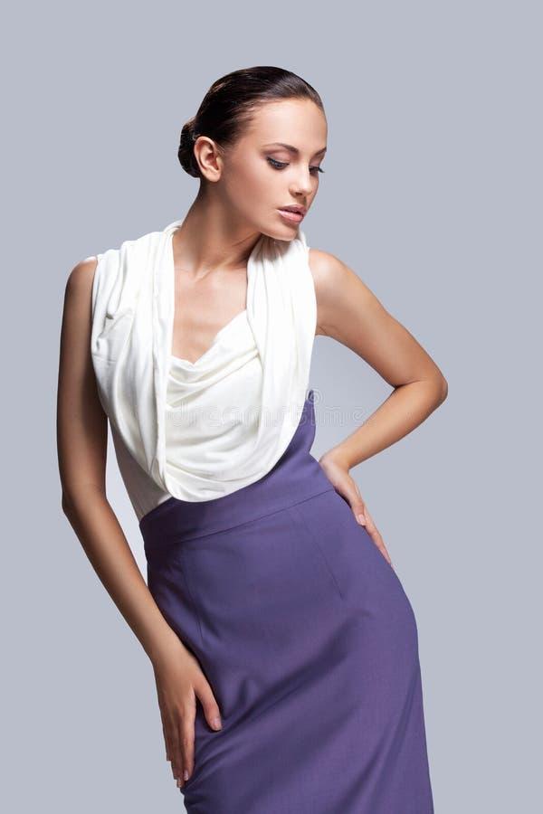 Молодое сексуальное брюнет в фиолетовом и белом платье стоковые изображения rf