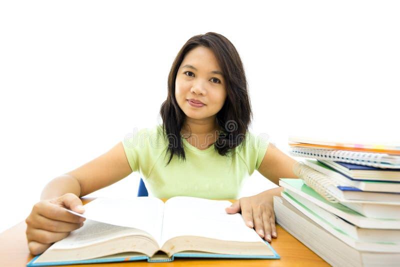 Молодое чтение женщины коллежа стоковые фотографии rf