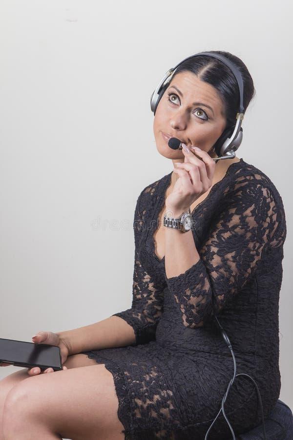 Молодой агент обслуживания клиента пробуренный с переговором стоковые изображения rf