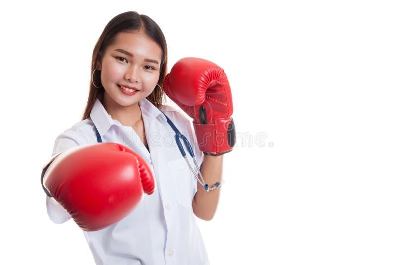Молодой азиатский женский пунш доктора с перчаткой бокса стоковые изображения rf