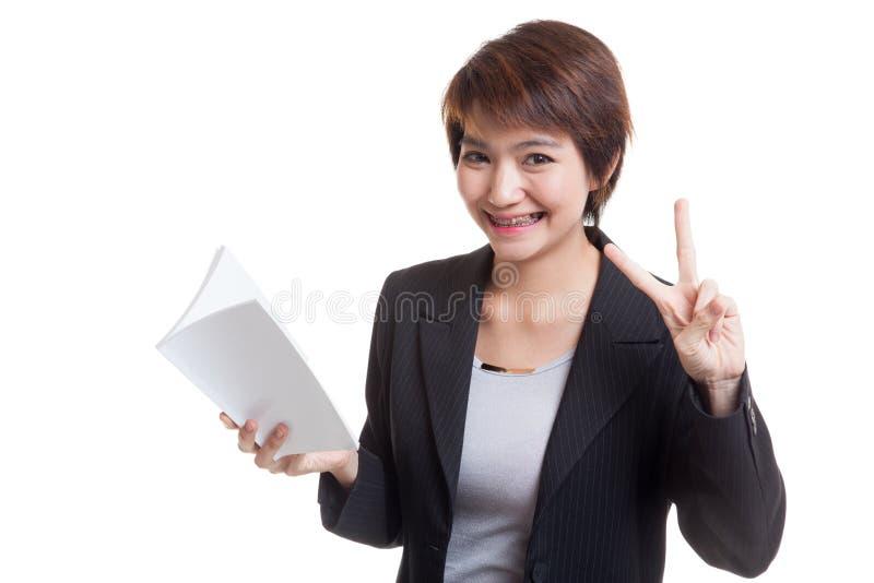 Download Молодой азиатский знак Виктора выставки бизнес-леди с книгой Стоковое Фото - изображение насчитывающей бизнесмен, роман: 81811938