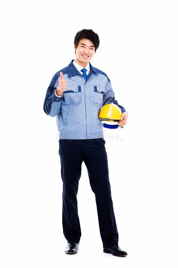 Молодой азиатский инженер показывая большой палец руки. стоковая фотография rf