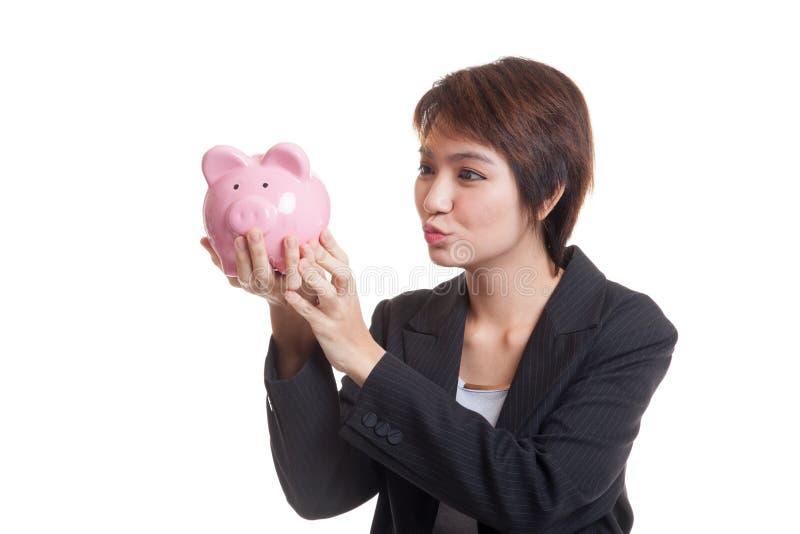 Download Молодой азиатский поцелуй бизнес-леди розовый банк монетки Стоковое Фото - изображение насчитывающей пенни, бизнесмен: 81811946