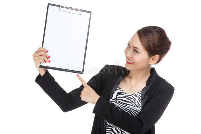 Молодой азиатский пункт бизнес-леди для того чтобы прикрыть доску сзажимом для бумаги стоковая фотография